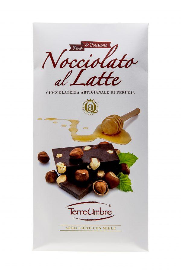 Tavoletta di puro cioccolato finissimo al latte con nocciole.  Contiene: cacao 33% minimo, zucchero, latte in polvere, burro di cacao, nocciole (13%), lecitina di soia, aroma naturale di vaniglia.